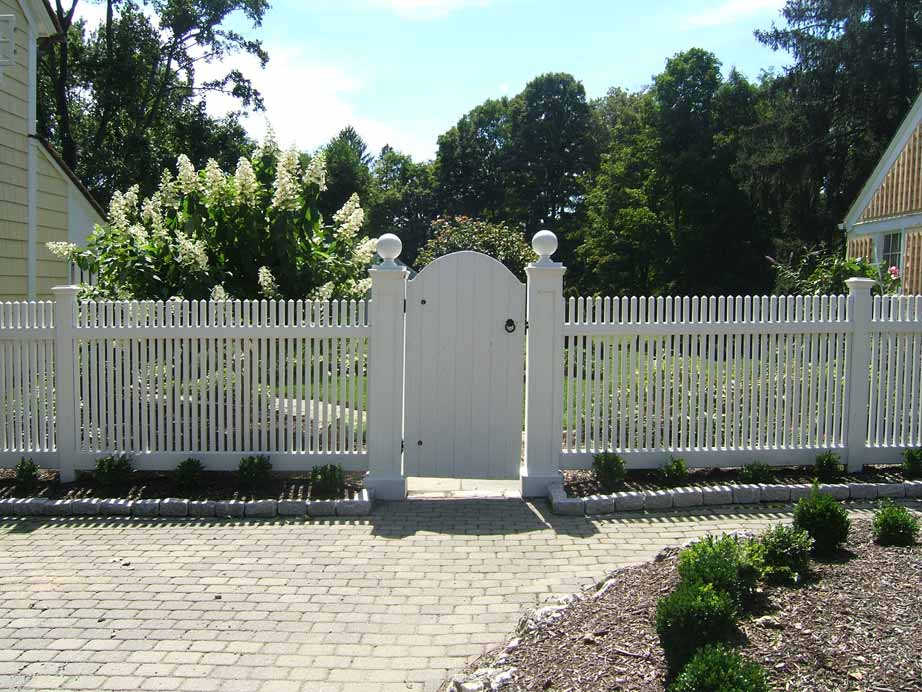 "Cedar Victorian Picket with 9"" Gate Posts and Solid Gate"